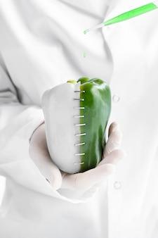 Pół białej i pół zielonej słodkiej papryki