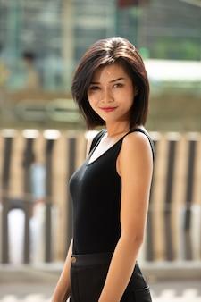 Pół ciała portret kobiety proste czarne włosy nosić formalną koszulę. kobieta czuje się szczęśliwa, chodząc