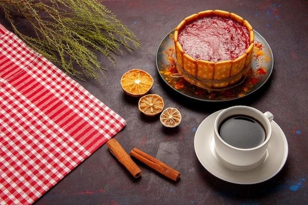 Pół góry widok z góry pyszne ciasto deserowe z filiżanką kawy na ciemnej powierzchni ciastka z cukrem ciastko deserowe słodkie ciasto