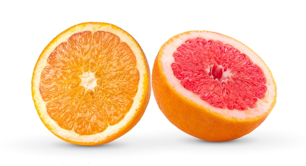 Pół grejpfruta i pomarańczy na białej ścianie