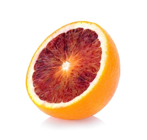 Pół krwi pomarańczy na białym tle