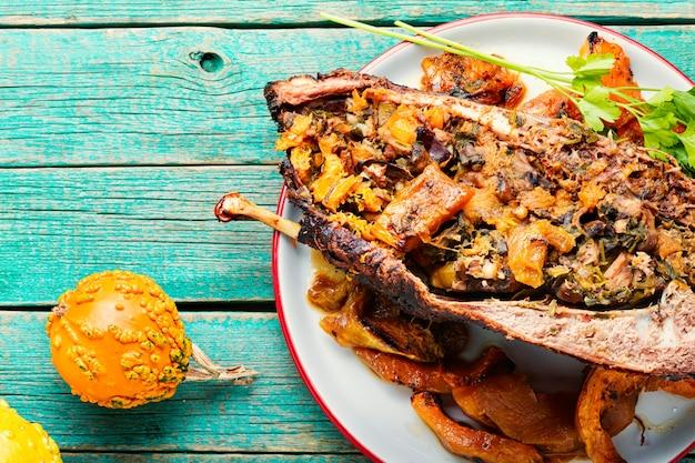 Pół pieczonej gęsi faszerowanej dynią i grzybami.