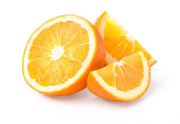 Pół pomarańczy i dwa segmenty owoców