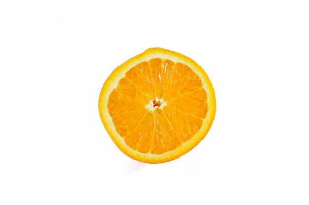Pół pomarańczy na białym tle