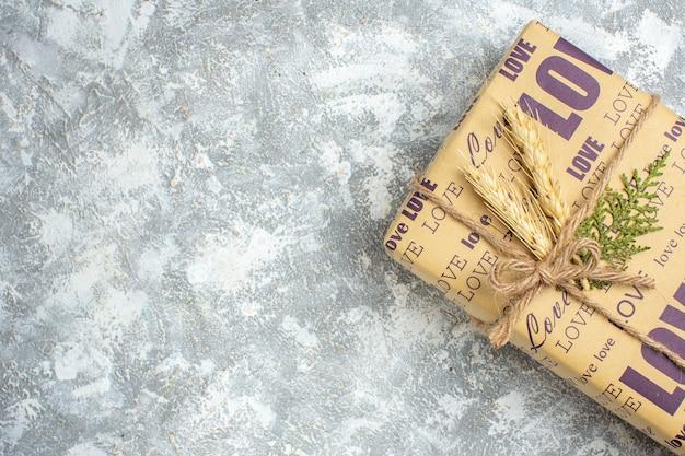 Pół strzału pięknego świątecznego dużego zapakowanego prezentu na powierzchni lodu ice