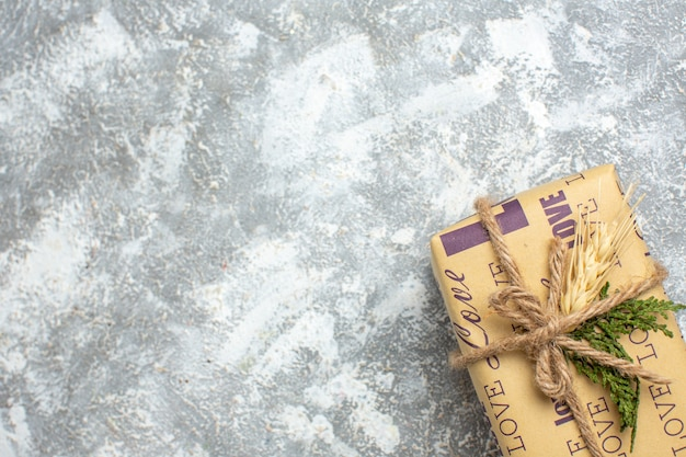 Pół strzału pięknego świątecznego prezentu z napisem miłości na powierzchni lodu