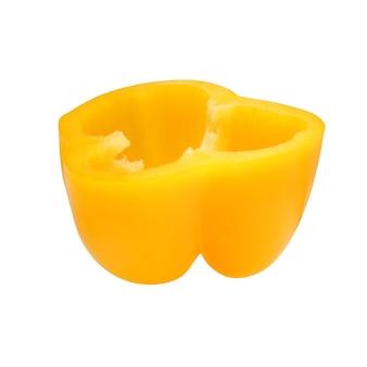 Pół żółtej papryki na białym tle na białym tle ze ścieżką przycinającą. słodka papryka.
