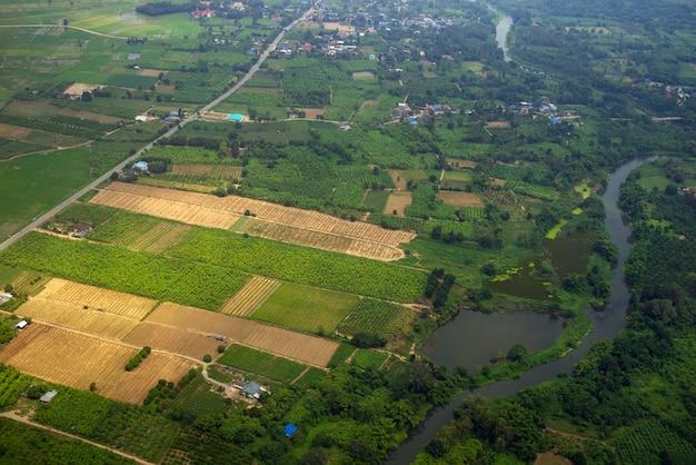 Pola rolników z rzeką i drogą