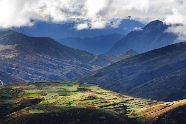 Pola uprawne w zielonych górach w peru, ameryce południowej