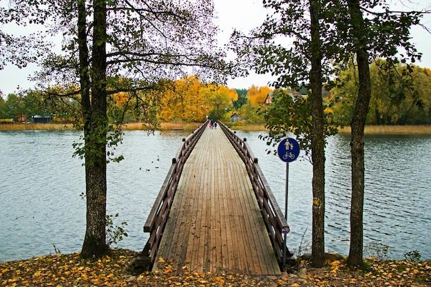 Połącz most i śpiewaj w parku