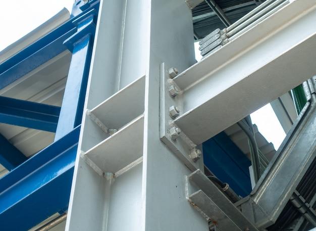 Połączenie konstrukcji stalowej ze śrubą i nakrętką na placu budowy