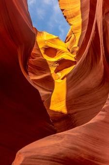 Połączenie pięknych tekstur w lower antelope i błękitnego nieba powyżej w arizonie. stany zjednoczone