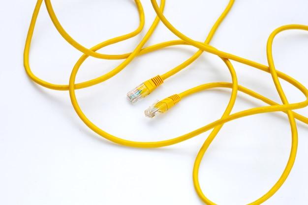 Połączenie sieciowe lan ethernet żółte kable na białym tle