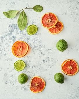 Połączenie wiórków z pomarańczy i świeżej limonki kafirowej, układ kołowy