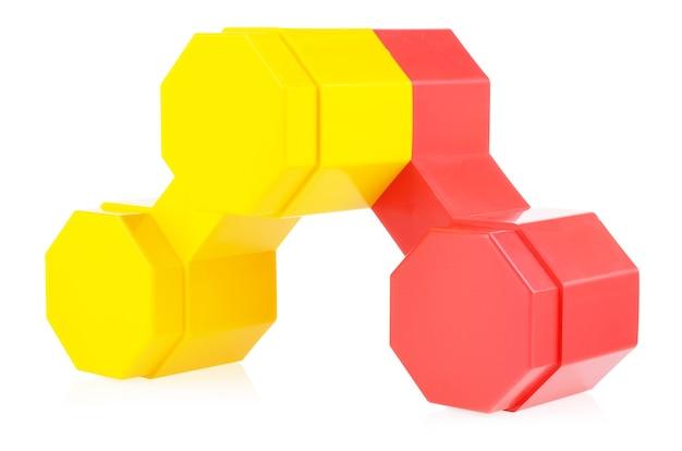 Połączone części konstruktora dziecka na białym tle, zbliżenie.