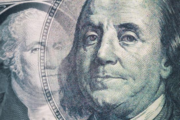 Połączone zdjęcie portretów benjamina franklina i jerzego waszyngtona na banknocie 100 i 1 dolara.