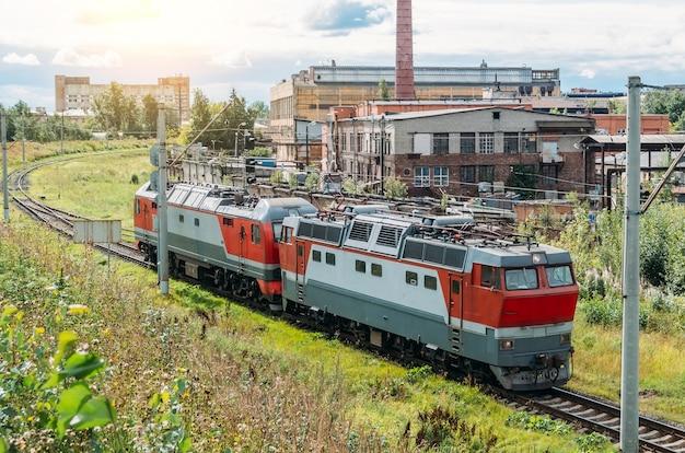 Połączone ze sobą lokomotywy elektryczne i lokomotywy spalinowe