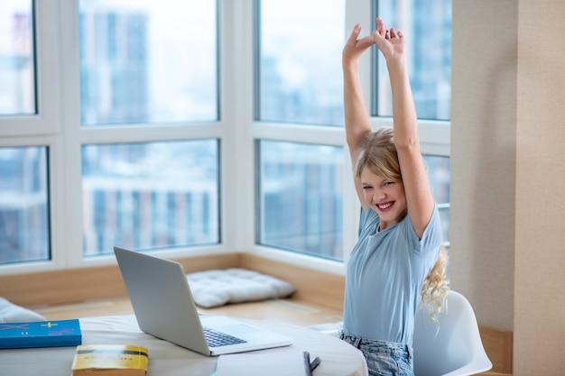Połączony. ładna blondynka siedzi przy laptopie