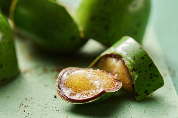 Połamany cukierek z galaretką na zielonym tle