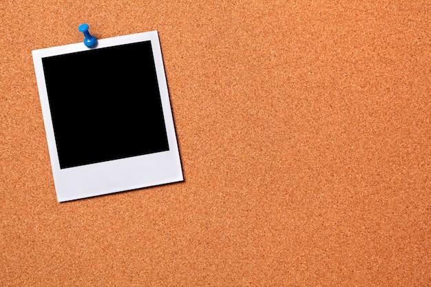 Polaroid photo print przypięte do tablicy ogłoszeń korka