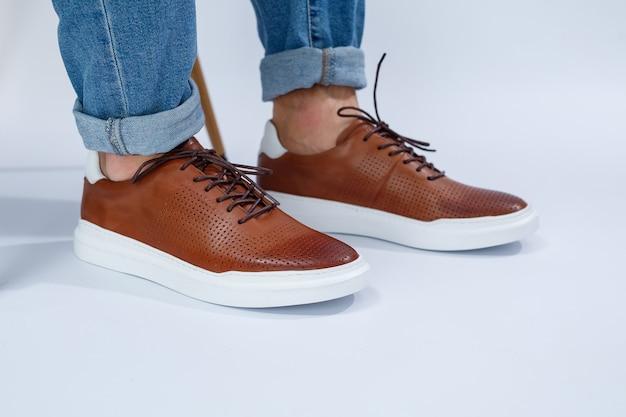Półbuty męskie są brązowe z naturalną skórą, mężczyźni na bucie w brązowych koronkowych butach