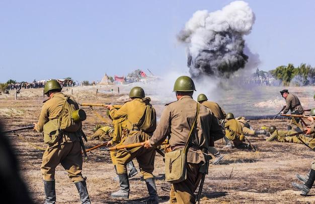 Pole bitwy. rekonstrukcja bitwy ii wojny światowej. bitwa o sewastopol. rekonstrukcja bitwy z eksplozjami