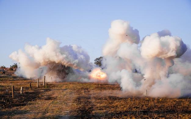 Pole bitwy. rekonstrukcja bitwy ii wojny światowej. rekonstrukcja bitwy z eksplozjami. bitwa o sewastopol.