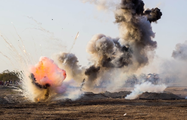 Pole bitwy z eksplozjami pocisków i bomb, dymem
