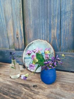 Pole fioletowe kwiaty w niebieskim wazonie