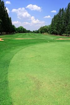 Pole golfowe i błękitne niebo w słoneczny dzień