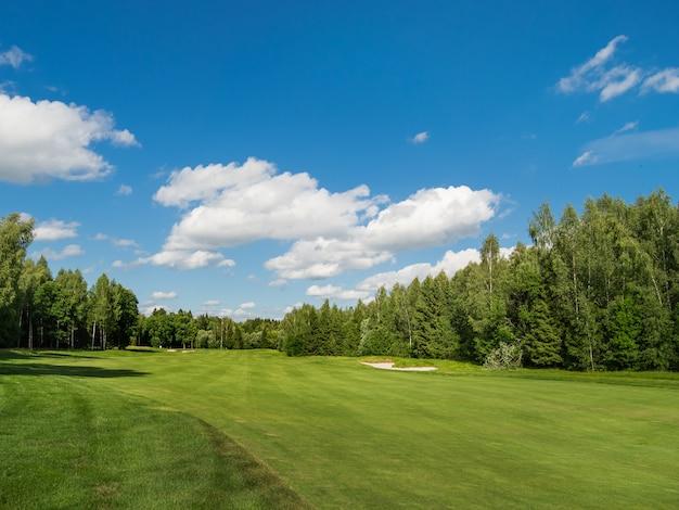 Pole golfowe na wsi
