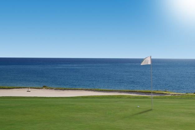 Pole golfowe nad oceanem. portugalia.
