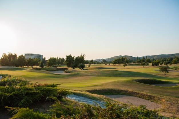 Pole golfowe o zachodzie słońca, pusty klub golfowy