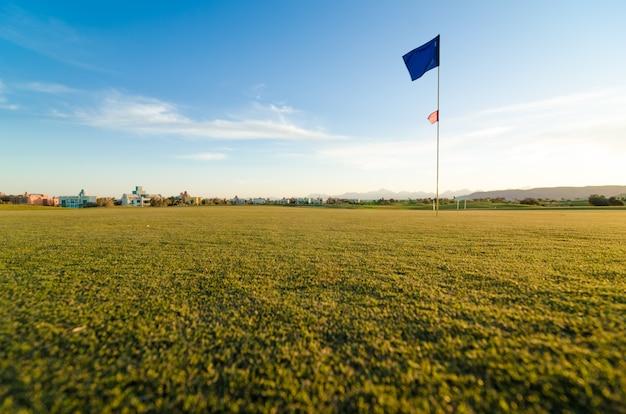 Pole golfowe o zachodzie słońca