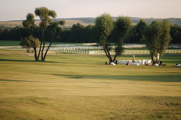 Pole golfowe w cuntryside. słońce zachodziło w letni wieczór.