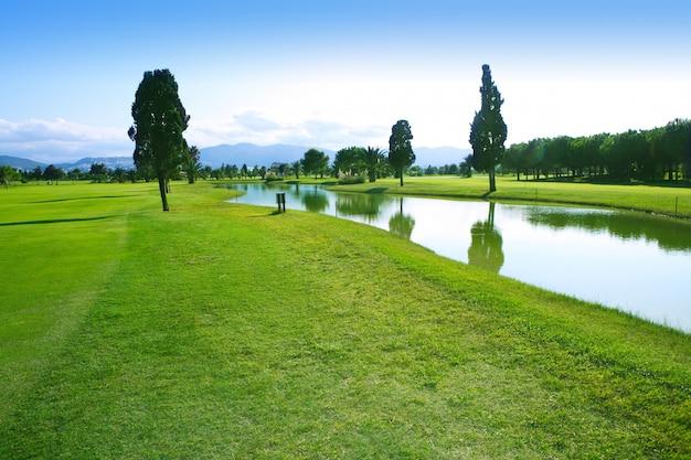 Pole golfowe zielonej trawy pola jeziora odbicie