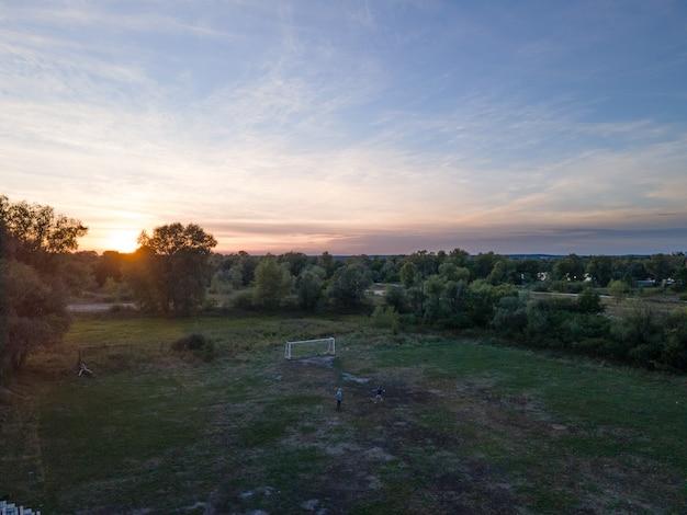 Pole i drzewa o zachodzie słońca