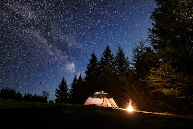 Pole namiotowe w nocy.