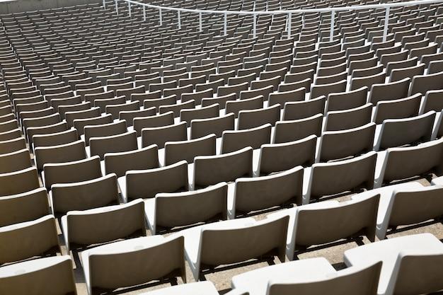 Pole pustych krzesełek stadionowych