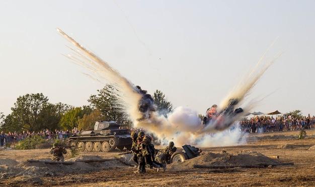 Pole walki. rekonstrukcja bitwy ii wojny światowej. bitwa o sewastopol. rekonstrukcja bitwy z eksplozjami