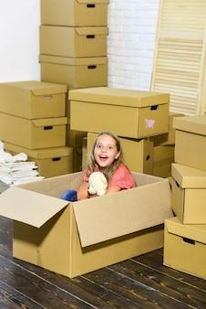 Pole zabaw dla dzieci dziewczyna. wynająć dom. dom rodzinny. świadczenie usług. mieszkanie dla rodziny. wyjdź z koncepcji. przygotuj się do przeprowadzki. wyprowadzać się. pakowanie rzeczy. podekscytowany nowym domem. słodki dom.