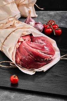 Polędwica wołowa z surowego mięsa. dostawa żywności, szare tło.