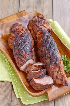 Polędwiczki wieprzowe z grilla podawane na drewnianej desce