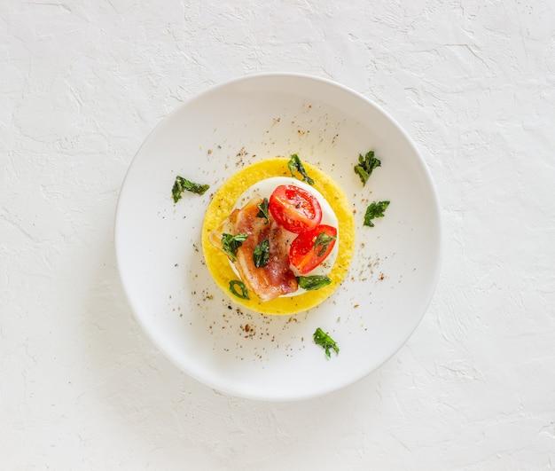 Polenta z mozzarellą, boczkiem i pomidorami