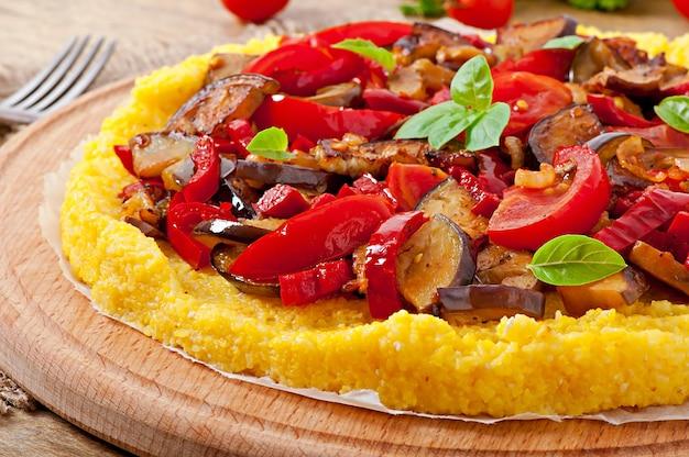 Polenta z warzywami - grys kukurydziany pizza z pomidorem i bakłażanem