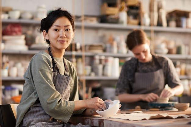 Polerowanie ceramicznej miski w warsztacie