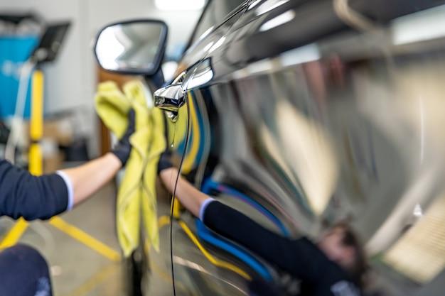 Polerowanie karoserii luksusowych samochodów za pomocą ściereczki z mikrofibry dla idealnego połysku