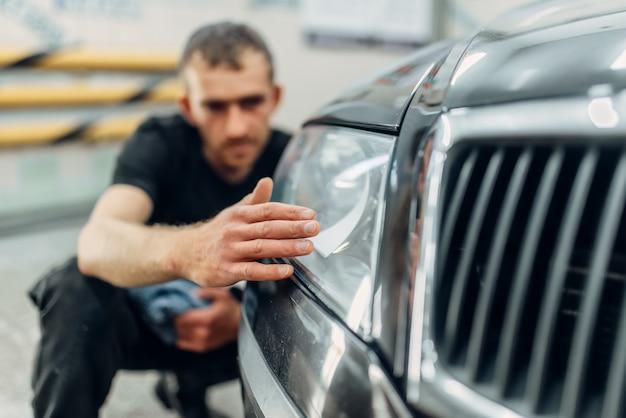 Polerowanie reflektorów samochodowych w serwisie myjni.