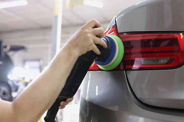 Polerowanie tylnych świateł samochodu od zadrapań i zarysowań koncepcja serwisu samochodowego
