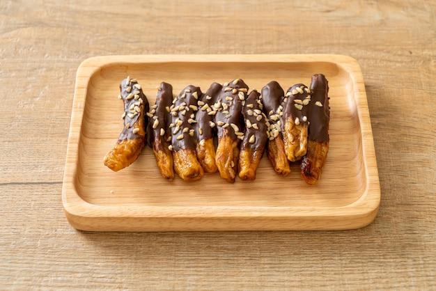 Polewa czekoladowa z bananami suszonymi na słońcu lub czekolada zanurzona w bananie